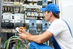Проверять работника электрика стоковая фотография rf
