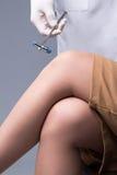 Проверять реакцию коленного рефлекса неврологическим молотком Стоковая Фотография RF
