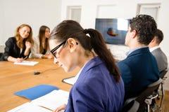 Проверять факты во время деловой встречи стоковое изображение