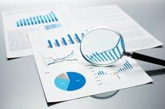Проверять финансовые отчеты рост диаграмм диаграмм дела увеличил тарифы профитов Стоковое фото RF