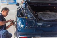 Проверять часть тела бампера волокна автомобиля на гараже автомобиля Стоковые Фотографии RF