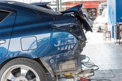 Проверять часть тела бампера волокна автомобиля на гараже автомобиля Стоковые Изображения RF