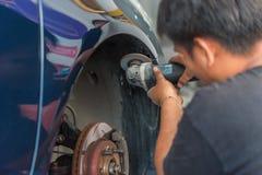 Проверять часть тела бампера волокна автомобиля на гараже автомобиля Стоковая Фотография