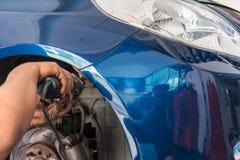 Проверять часть тела бампера волокна автомобиля на гараже автомобиля Стоковое Изображение RF