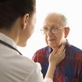 проверять человека пожилых людей доктора Стоковая Фотография
