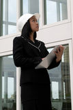 проверять шлем инженера женский трудный Стоковые Фотографии RF
