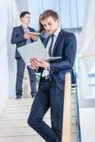 проверять электронную почту детеныши бизнесмена успешные Стоковые Изображения RF
