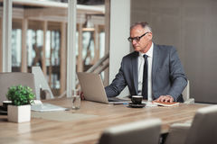 Проверять company& x27; номера s онлайн в зале заседаний правления Стоковые Фотографии RF