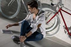 Проверяющ как улучшить мой велосипед Стоковое Фото