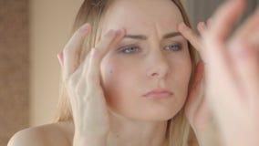 проверяющ лоб ее морщинки женщины видеоматериал