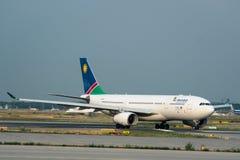 Проветрите аэробус A330 V5-ANP Намибии ездя на такси на Франкфурте-на-Майне Airp Стоковая Фотография RF