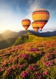 Проветрите баллон над горами на временени стоковое фото