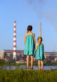проветрите будущее принципиальной схемы печной трубы внимательности ее малыши смотря черенок polluting мати молодые Стоковое Изображение RF