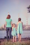 проветрите будущее принципиальной схемы печной трубы внимательности ее малыши смотря черенок polluting мати молодые Стоковое Изображение