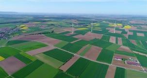 Проветрите панорамы аграрных полей и ветрогенераторов производящ электричество Альтернативная энергия, 3 ветротурбины акции видеоматериалы