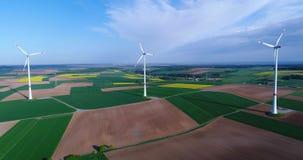 Проветрите панорамы аграрных полей и ветрогенераторов производящ электричество Современные технологии для получать акции видеоматериалы