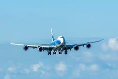 Проветрите посадку самолета груза 747 моста на авиапорте Амстердама Schiphol Стоковое Изображение