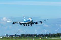 Проветрите посадку самолета груза 747 моста на авиапорте Амстердама Schiphol Стоковые Изображения