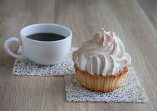 Проветрите торт в корзине с чашкой кофе Стоковое фото RF