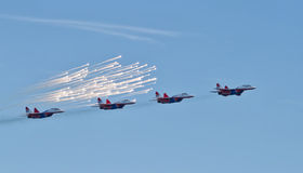 Проведение демонстрации группы в составе авиации аэробатик Milita Стоковая Фотография
