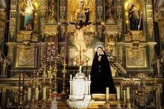 Провинция Марбельи, Малага, Андалусия, Испания - 18-ое марта 2019: altarpiece церков вочеловечения в городке Марбельи старом стоковое изображение rf