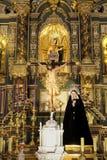 Провинция Марбельи, Малага, Андалусия, Испания - 18-ое марта 2019: altarpiece церков вочеловечения в городке Марбельи старом стоковые изображения rf