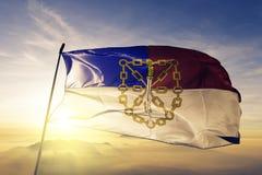 Провинция Сантьяго Родригеса ткани ткани ткани флага Доминиканской Республики развевая на верхнем тумане тумана восхода солнца стоковые изображения rf