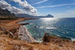 Провинция Сицилия Италия Трапани - взгляд залива и пляжа моря от береговой линии между каподастром lo San Vito и Scopello