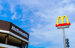 Провинция Khonkaen, Таиланд - 20-ое декабря 2015: Логотип McDonalds Стоковое Изображение RF