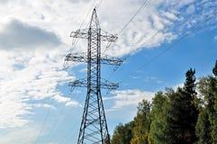Провода высокого напряжения, поддержки линии электропередач Стоковые Фотографии RF
