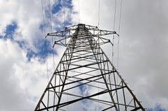 Провода высокого напряжения, поддержки линии электропередач Стоковое фото RF