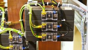 Провода подключили к вспомогательным модулям в шкафе для электрических приборов акции видеоматериалы