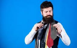 Проводник джентльмена Как выбрать правую связь классицистический тип Как соответствовать галстуку рубашке и костюму Битник челове стоковые изображения