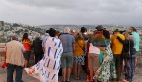 Проводник показывает Иерусалиму старый город к туристам Взгляд от Mount Scopus стоковые фотографии rf