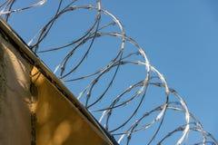 Провод бритвы на стене тюрьмы Стоковое Фото