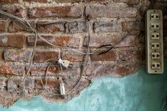 Провод вися вниз от стены Стоковые Изображения RF