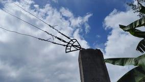 Провод в башне с пасмурной предпосылкой голубого неба стоковое фото rf
