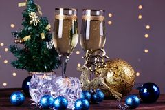 Провозглашать с стеклами шампанского Украшения рождества с вином Стоковое Фото