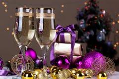 Провозглашать с стеклами шампанского Украшения рождества с выигрышем Стоковая Фотография