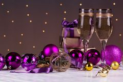 Провозглашать с стеклами шампанского Украшения рождества с выигрышем Стоковые Фотографии RF