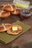 Провозглашанная тост горячая перекрестная плюшка на зеленой салфетке Стоковые Фото