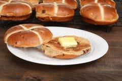 Провозглашанная тост горячая перекрестная плюшка на плите Стоковые Фото