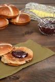 Провозглашанная тост горячая перекрестная плюшка с вареньем клубники Стоковое Фото