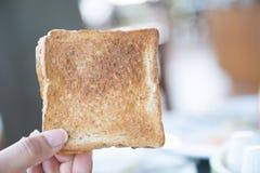 Провозглашанный тост кусок хлеба в руке Стоковые Изображения