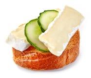 Провозглашанный тост кусок хлеба с огурцом и сыром Стоковая Фотография RF