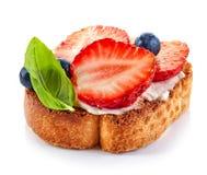 Провозглашанный тост кусок хлеба с плавленым сыром и клубниками Стоковая Фотография