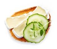 Провозглашанный тост хлеб с бри и огурцом Стоковые Фото