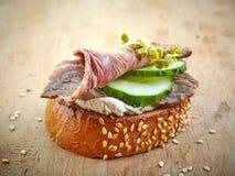 Провозглашанный тост хлеб с ростбифом Стоковое Изображение