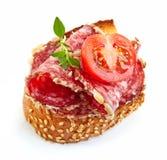 Провозглашанный тост хлеб с салями и томатом Стоковые Изображения RF