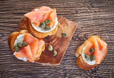 Провозглашанный тост хлеб с филе копченых семг Стоковое Фото